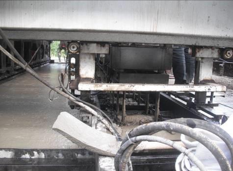 公路水泥混凝土路面滑模摊铺施工工艺工法