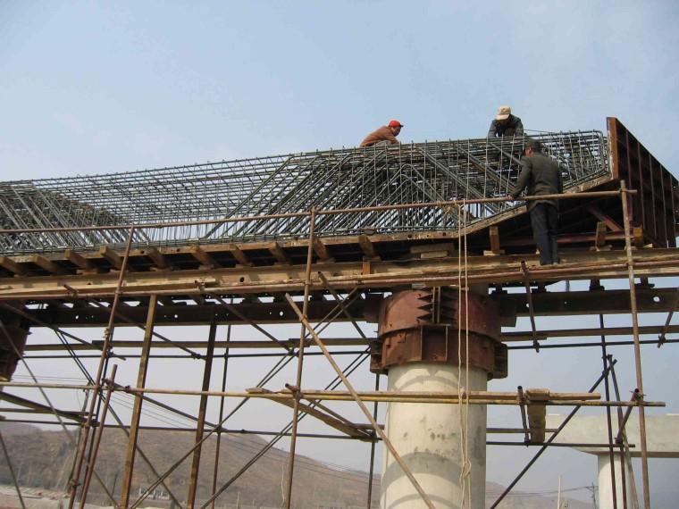 高速公路轻型高墩抱箍法施工工法