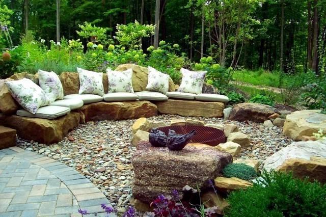 石头也疯狂,院子里玩嗨了