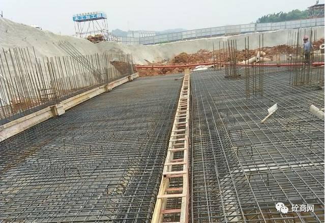 施工员在浇筑混凝土如何控制方量,质量?