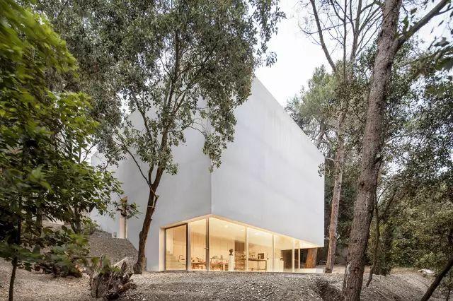 在与世隔绝的地方建一座房子,远离喧嚣、放空冥想
