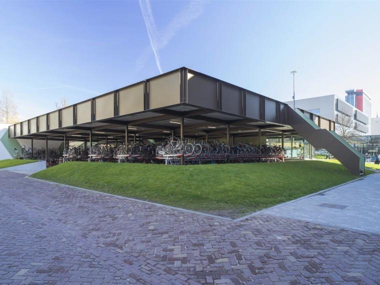 荷兰与自行车停车场结合的大学咖啡厅
