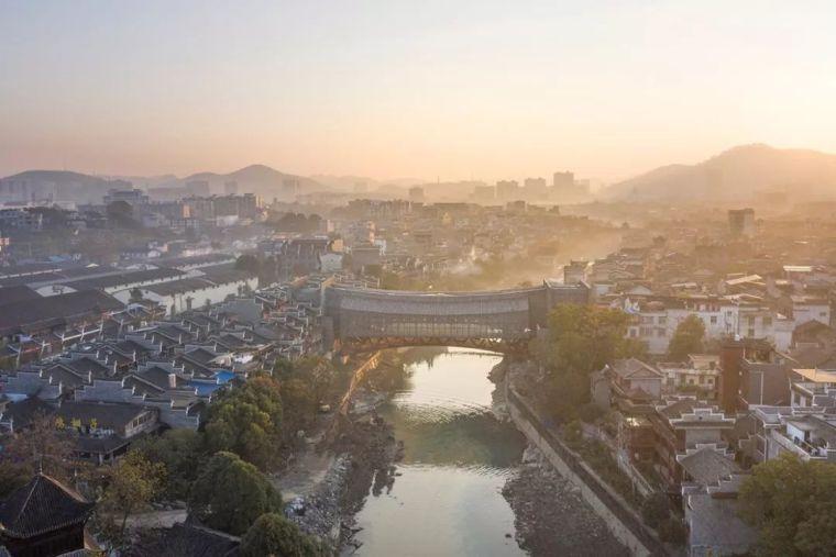 96岁中国鬼才捐钱为湖南老家造美术馆,建筑师张永和设计了一座桥