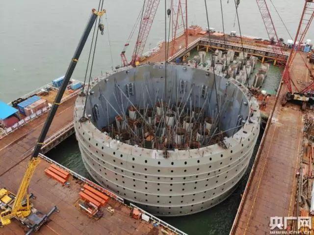 10小时连续施工深中通道伶仃洋大桥首个钢吊箱成功下放