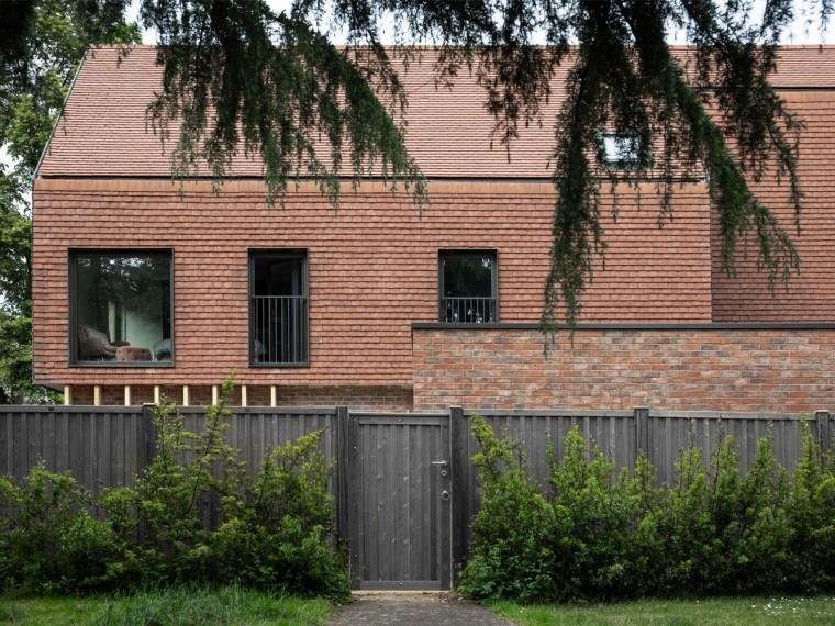 英国隐蔽的赤陶土住宅