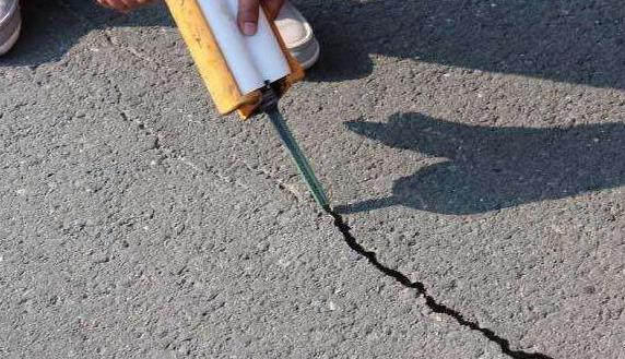 混凝土路面裂缝问题如何加固维护呢?