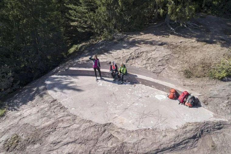 """三座岩层-""""KNOTTNKINO³""""休息区,意大利/MessnerArch"""