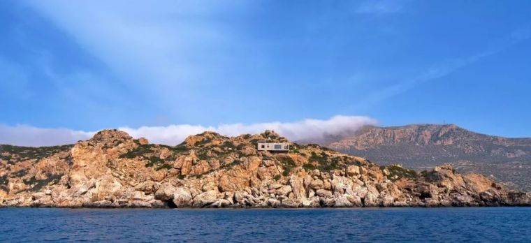 悬于石头峭壁上的混凝土海景别墅,令人如此陶醉!