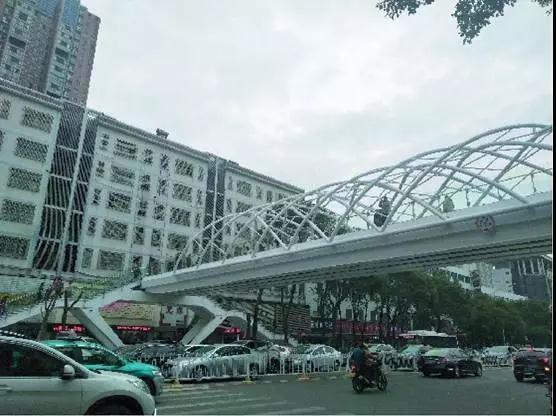大跨度全钢结构人行天桥的创新结构和美学设计