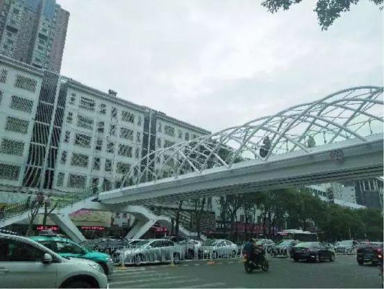 大跨度全钢结构人行天桥的创新结构和美学设计_2