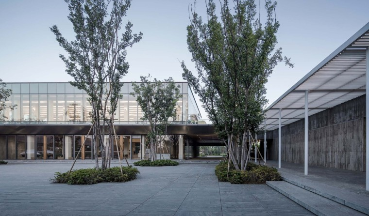 郑州普罗理想国艺术文化中心-09_主庭院与连廊