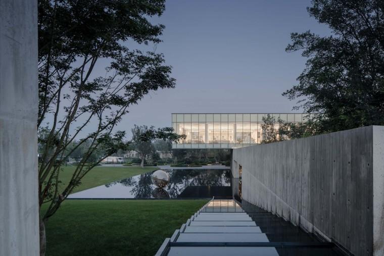 郑州普罗理想国艺术文化中心-07_悬挑13米的图书馆