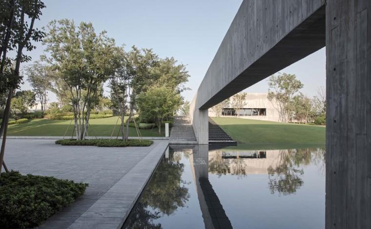 郑州普罗理想国艺术文化中心-13_主庭院与连廊