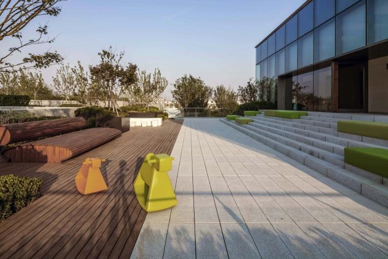 郑州普罗理想国艺术文化中心-14_二层社区图书馆延伸出的屋顶休憩平台©RCHEXIST