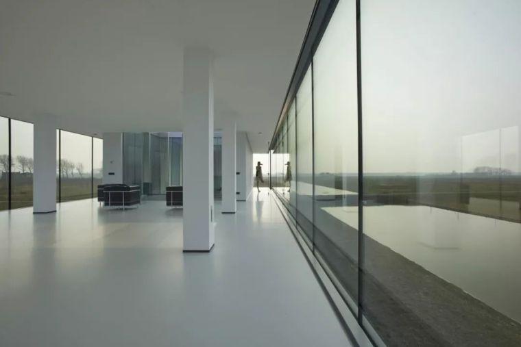 矩形落地窗别墅建筑设计_5