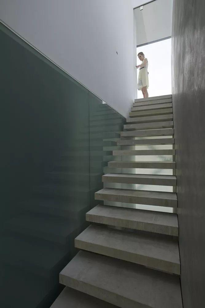 矩形落地窗别墅建筑设计_7
