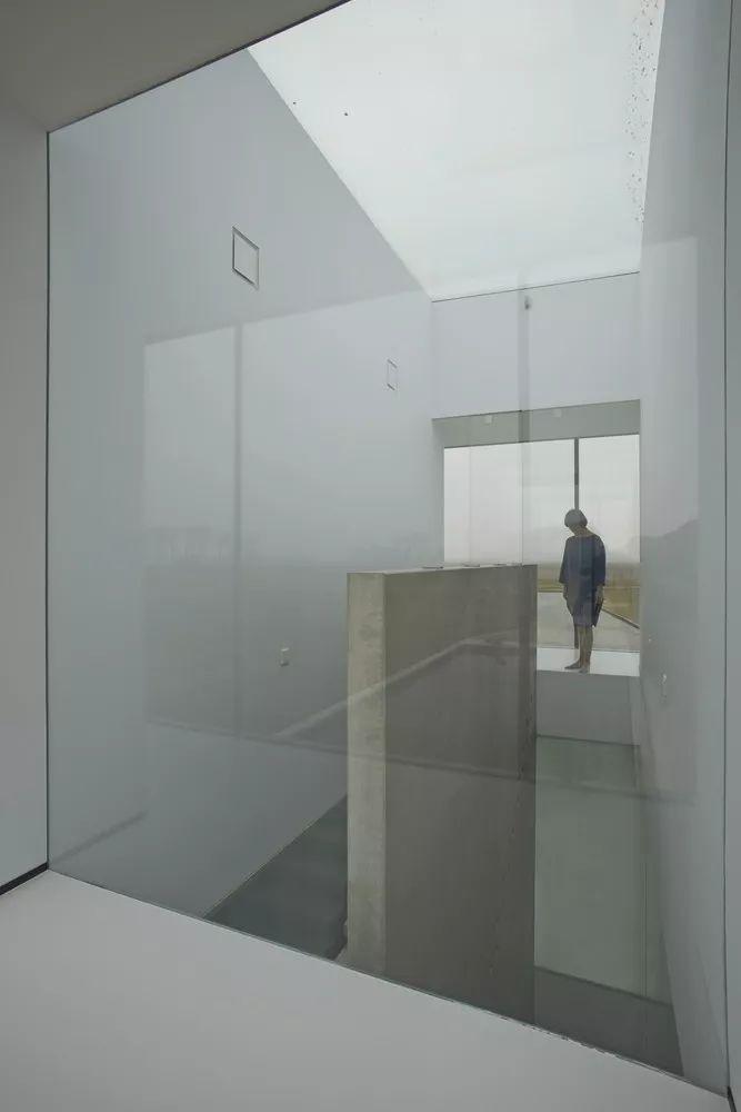 矩形落地窗别墅建筑设计_8