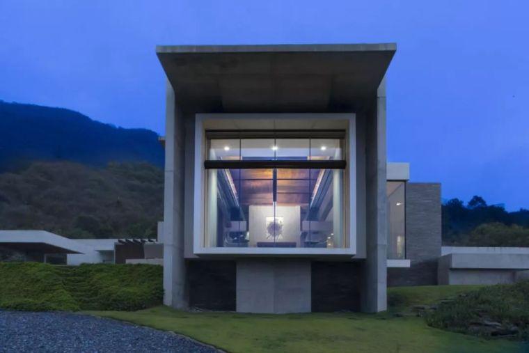 山峰中走出的新颖建筑