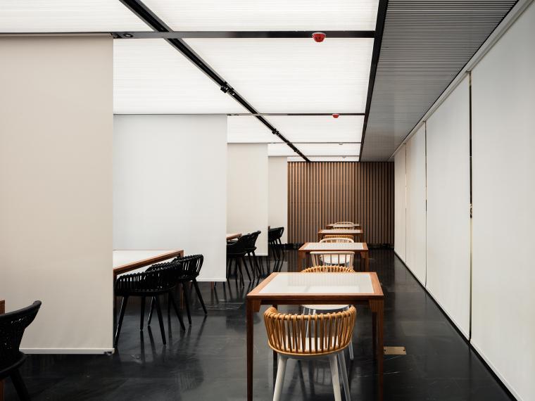 [北京]三里六七餐厅左通右达建筑工作室丨官方摄影+JPG平面-白色垂帘开启时的用餐区1
