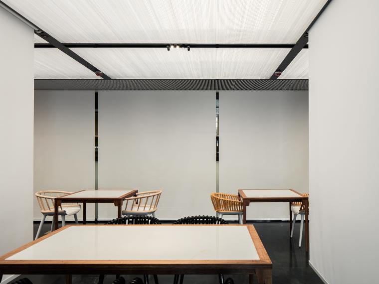 [北京]三里六七餐厅左通右达建筑工作室丨官方摄影+JPG平面-白色垂帘开启时的用餐区2
