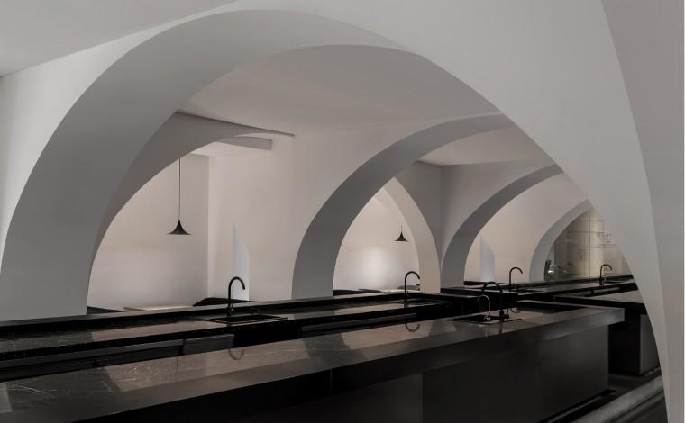 充满极简灰色调的餐厅-1566351861906536