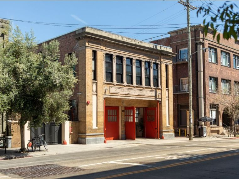 消防站改造酒店,每一间房的都很有特色_3