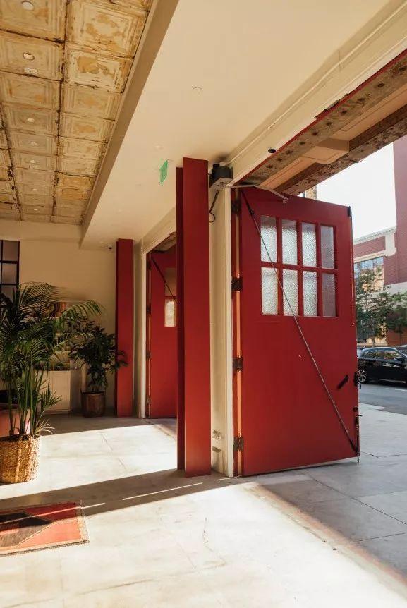 消防站改造酒店,每一间房的都很有特色_5