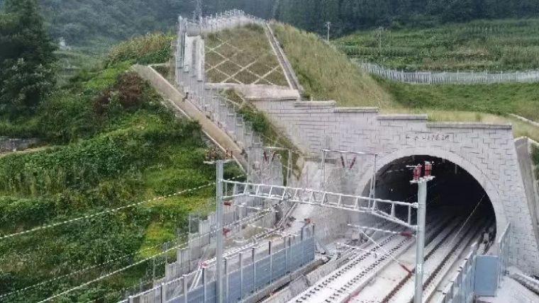 我国高铁最大溶洞隧道铺通