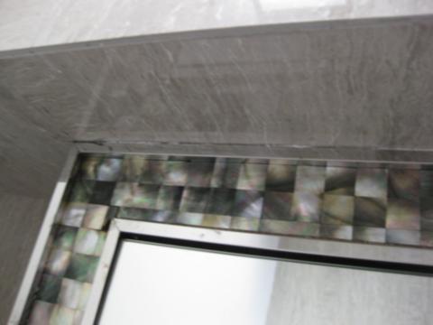 不锈钢与墙面接缝无处理,缝隙较大,需打胶