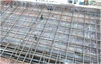 悬挑板负弯矩筋保护层厚度如何控制?
