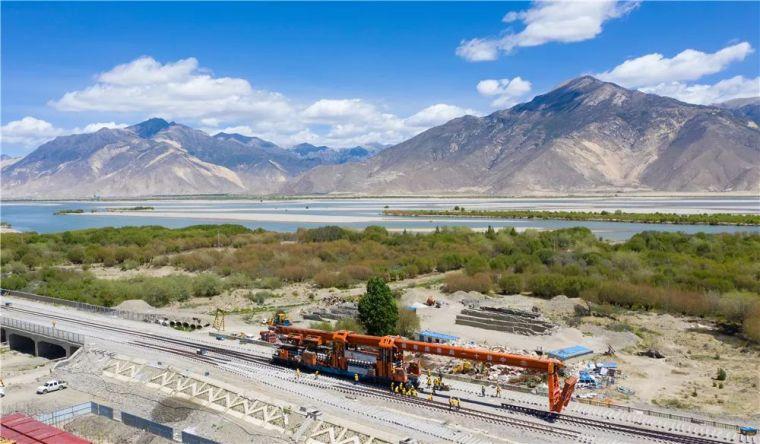 川藏铁路拉林段完成90.3公里轨道铺设