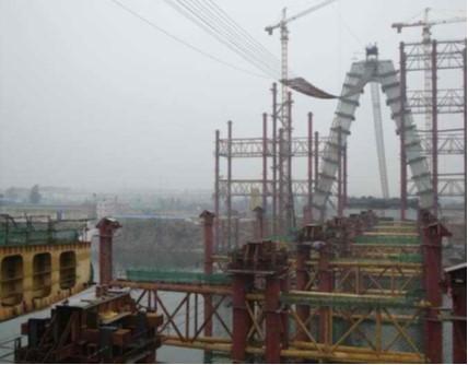 大跨径单滑道柔性墩连续顶推施工技术