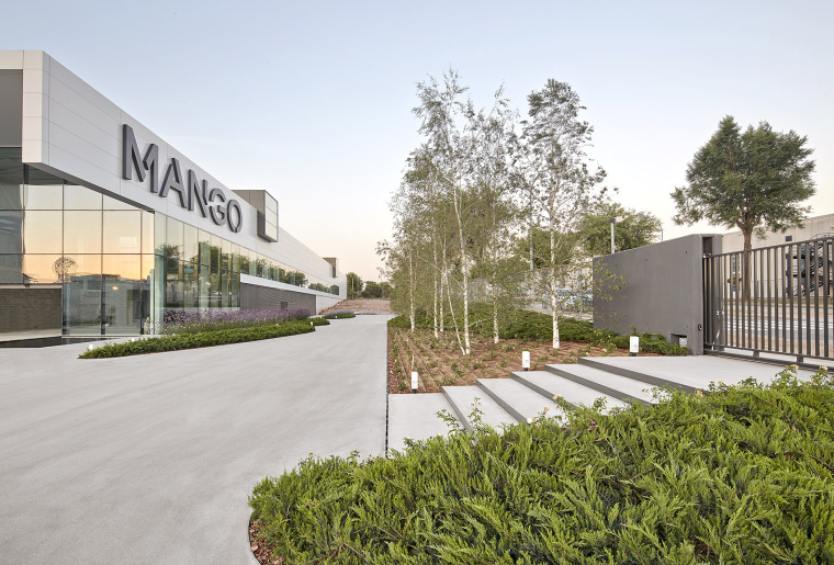 016-Landscape-Project-for-HANGAR-THE-LINE-DESIGN-CENTER-by-AELAND