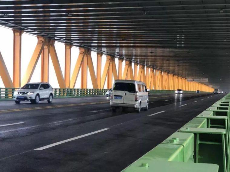 世界上跨度最大的双层公路悬索桥通车