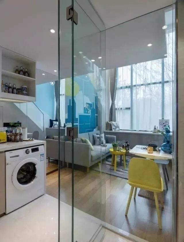 47平米五脏俱全的loft公寓,玻璃装饰让视觉