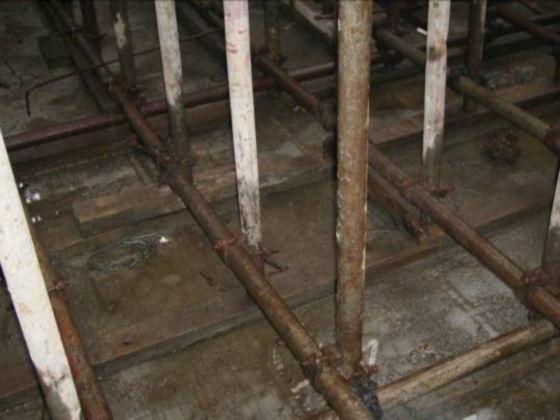 底层立杆下满垫木枋