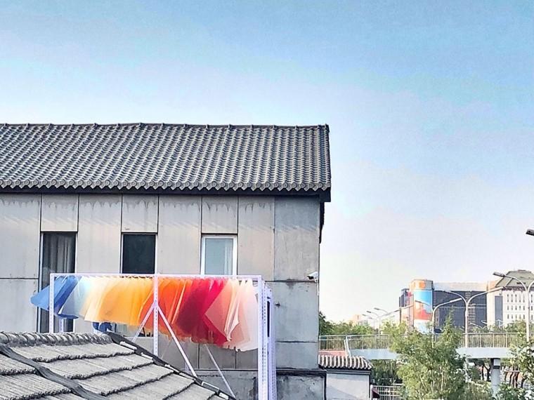 北京晚霞下的一个盹儿装置