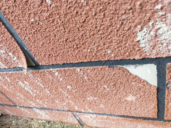 工序错误造成仿石漆起皮、脱落、污染