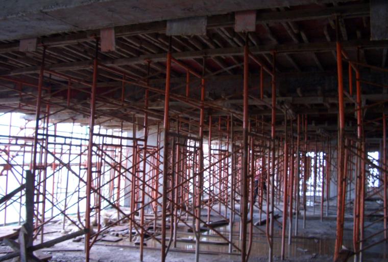 64 13层楼面平台的保护措施