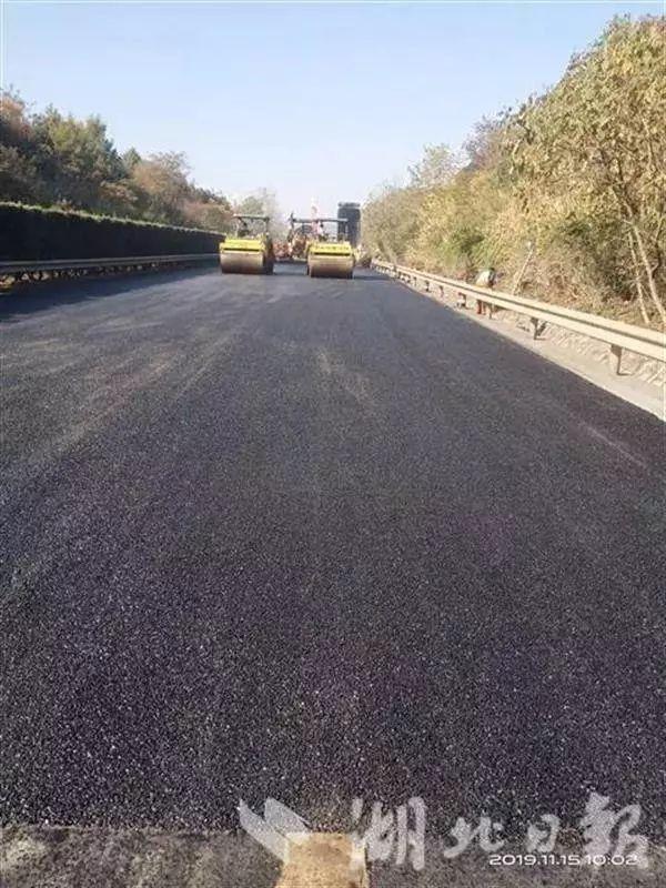 高速首次使用高性能排水沥青路面