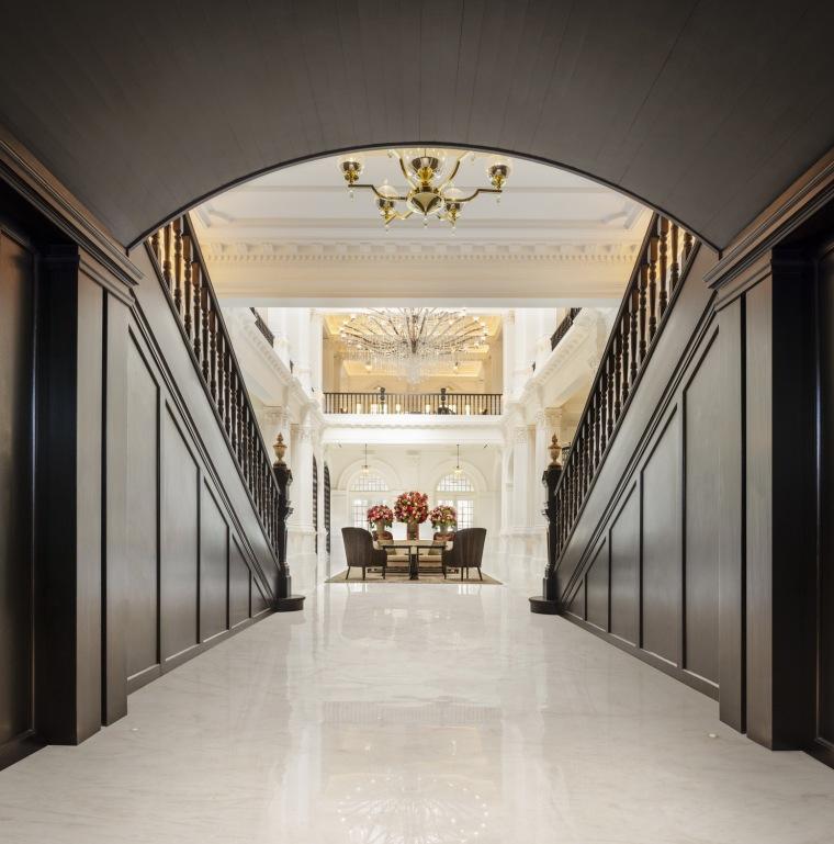 酒店华丽复古的楼梯,图片来自 Raffles Hotel