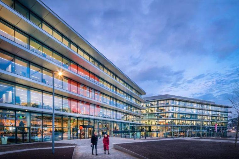 新型办公楼,两个五层高的体块组成