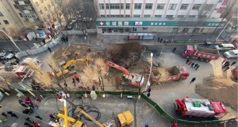 西宁路面塌陷公交车坠坑已致9人遇难