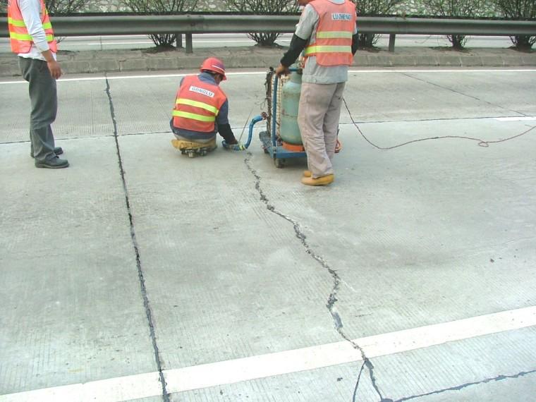 预制混泥土路面资料下载-水泥混凝土路面的优缺点及施工技术