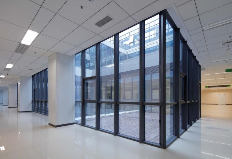 南京公共医疗中心-04_Interior_Courtyard_室内日光井