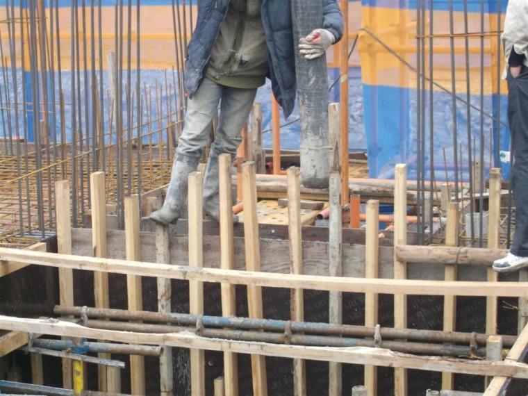 61浇筑墙柱混凝土时,建议分层浇筑,以免胀模