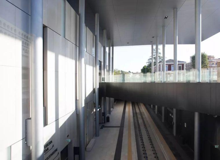 极简火车站_45x35米的金属屋顶,柱子支撑_8