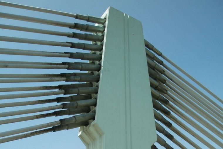 斜拉桥主梁截面、斜锁及索塔构造特点