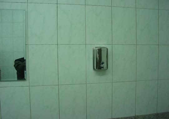 工程创优细部做法及常见问题培训讲义PPT-69墙面线盒、洗手液盒位于面砖中央。