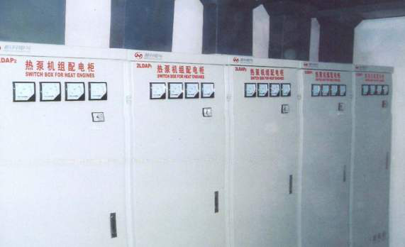 73成排配电柜安装整齐,桥架布置合理,标识明显。